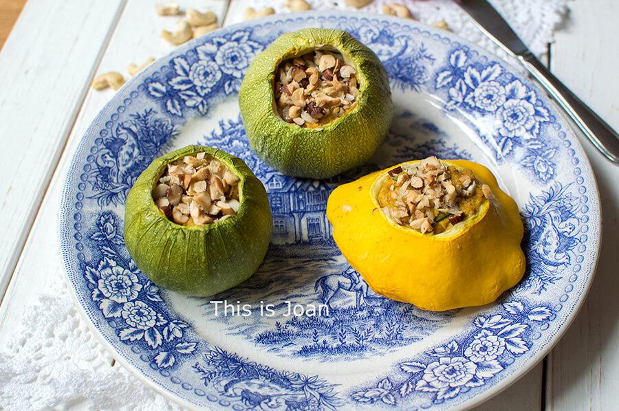 Vegan gevulde bolmet hummus en noten