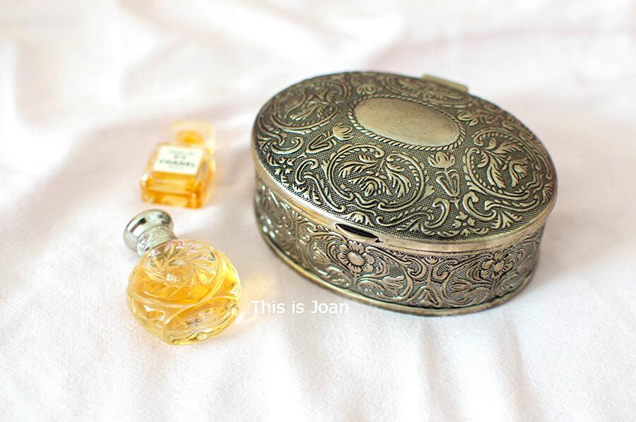 Antiek sieradendoosje met parfumflesjes