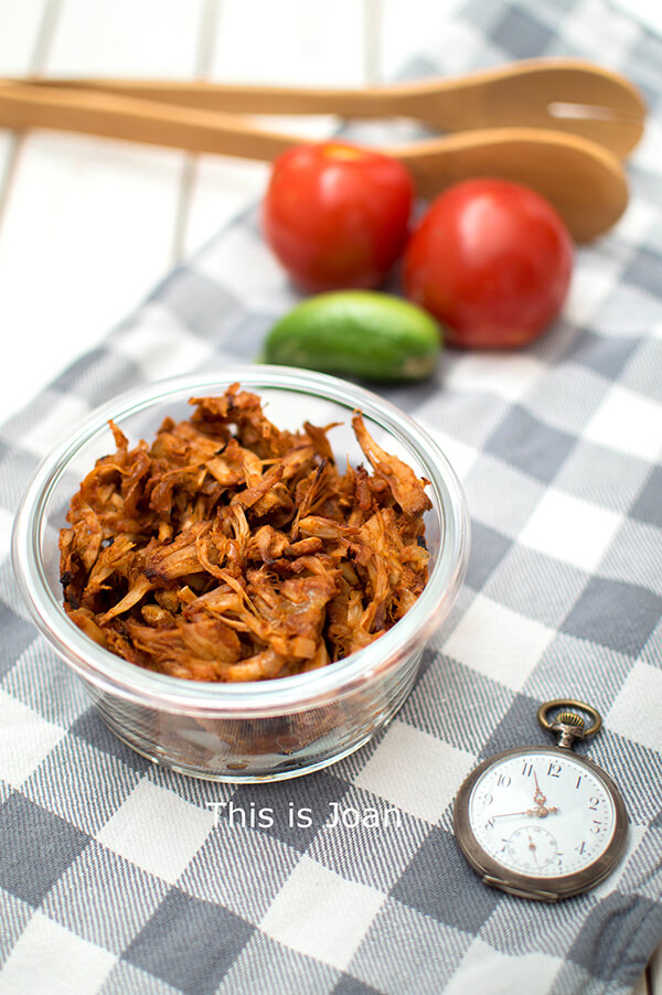 Vegan jackfruit pulled pork met barbecuesaus