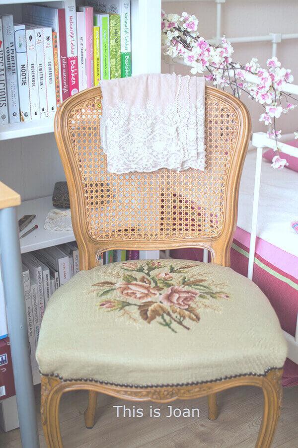 Antieke houtsnijwerk stoel met bloemen