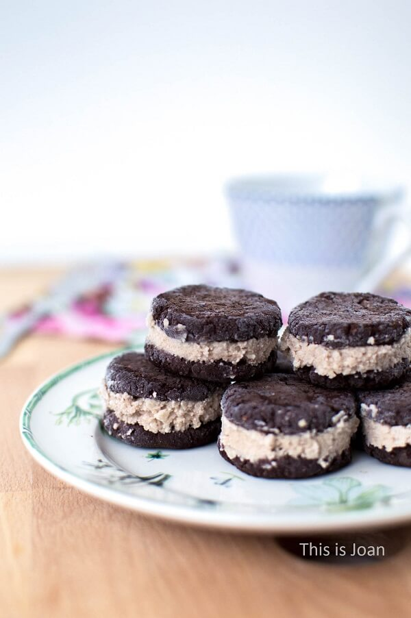 Vegan Oreo-koekjes op vintage bord