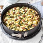 Vegan hartige hummustaart met courgette en amandelen